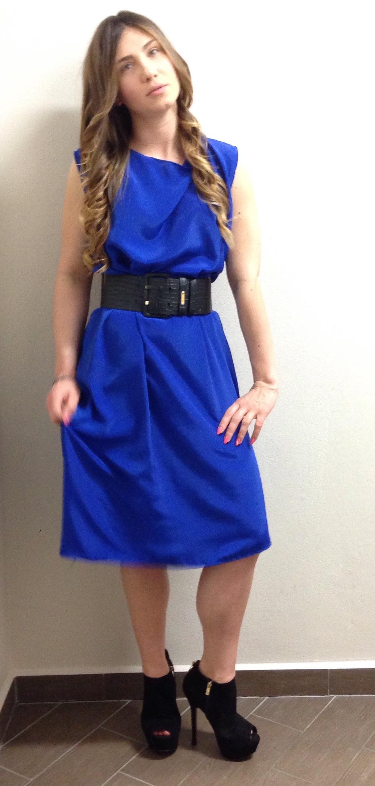 Unghie su abito blu